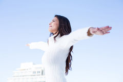 Hübscher Brunette, welche der Luft mit den Armen oben angehoben glaubt Lizenzfreie Stockbilder