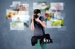 Hübscher Fotograf mit Kamera Lizenzfreies Stockfoto