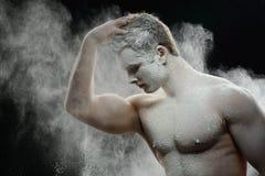 Hübscher gefrorener Mann mit einem weißen Pulver auf seinem Stockbilder
