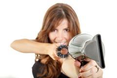 Hübscher Herrenfriseur, der hairdryer und Haarbürste hält Lizenzfreie Stockfotografie