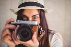 Hübscher Hippie, der ihre Weinlesekamera verwendet Lizenzfreie Stockfotos