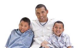 Hübscher hispanischer Vater und Söhne auf Weiß Stockfotografie