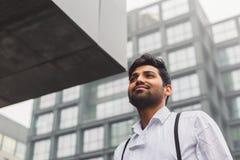 Hübscher indischer Mann, der in einem städtischen Zusammenhang aufwirft Stockbilder