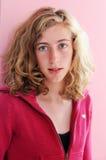 Hübscher Jugendlicher im Rosa Stockfotos
