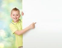 Hübscher Junge, der auf Anzeigenfahne zeigt Stockfoto