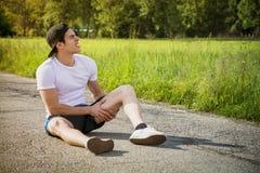 Hübscher junger Mann beim Laufen verletzt und Lizenzfreie Stockfotografie