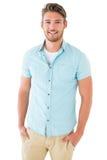 Hübscher junger Mann, der mit den Händen in den Taschen aufwirft Lizenzfreies Stockfoto