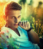 Hübscher junger Mann, der Natur genießt Stockbilder
