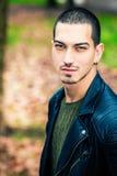 Hübscher junger Mann draußen, kurze Frisur Stockfotografie