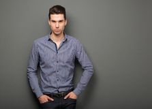 Hübscher junger Mann im intelligenten Hemdanstarren Lizenzfreies Stockfoto