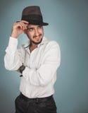 Hübscher Mann im Hut und im weißen Hemdlächeln Lizenzfreies Stockfoto