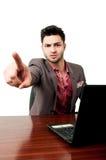 Hübscher Rechtsanwalt, der zur Kamera von seinem Büro poiting ist Stockfoto