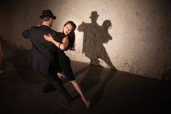 Hübscher Tango-Tänzer mit Partner Stockfoto