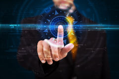 Hübscher Technologiekerl, der Hightechbedienfeldschirm bedrängt Stockfotografie