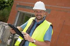 Hübsches Arbeitsmenschleuteporträt an der Baustelle Stockbilder