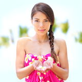 Hübsches Frauenporträt Badekurort Wellness, Blume in der Hand Stockbilder