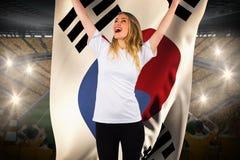 Hübsches Fußballfan im Weiß, das Südkorea-Flagge halten zujubelt Stockfotografie