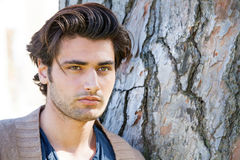 Hübsches junges italienisches Mannporträt, stilvolles Haar Männliche Frisur Stockfotografie