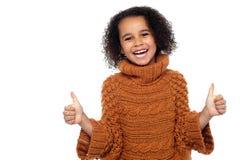 Hübsches Kind, das doppelte Daumen lacht und sich zeigt Lizenzfreie Stockbilder