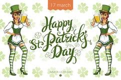 Hübsches Koboldmädchen mit Bier, St Patrick Tageslogodesign mit Raum für Text, Lizenzfreie Stockfotos
