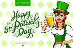Hübsches Koboldmädchen mit Bier, St Patrick Tageslogodesign mit Raum für Text, Stockfoto
