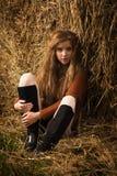 Hübsches Mädchen, das auf Strohballen stillsteht Lizenzfreies Stockbild