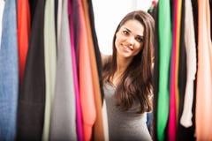 Hübsches Mädchen, das ihre Garderobe betrachtet Stockbilder