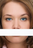 Hübsches Mädchen, das ihre Mundnahaufnahme versteckt Lizenzfreies Stockfoto