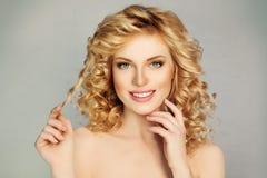 Hübsches Mädchen mit dem gelockten Haar und Toothy Lächeln Lizenzfreie Stockfotografie