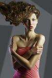 Hübsches Mädchen mit großer Haarart. Lizenzfreies Stockfoto