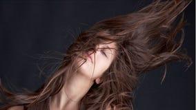 Hübsches vorbildliches schleuderndes Haar wild Stockbilder