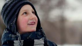 HD关闭广泛微笑通过查寻的男孩的射击在步行期间 股票录像