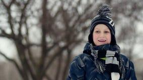 HD关闭把雪球扔出去的男孩的射击 影视素材