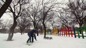 HD快乐的男孩使用与雪 影视素材