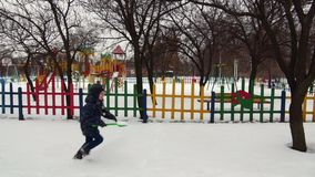 HD快乐的男孩充分跑与儿童` s铁锹雪 股票录像