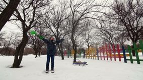 HD快乐的男孩充当雪在公园 股票视频