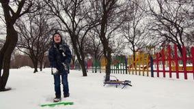 HD快乐的男孩充当雪 影视素材