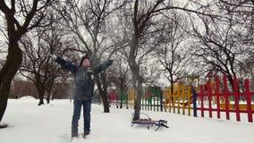 HD快乐的男孩充当雪 股票录像