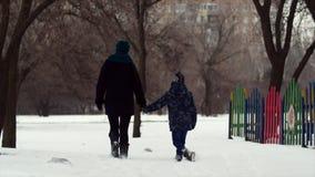 HD母亲和儿子在深雪的冬天公园走开 股票视频