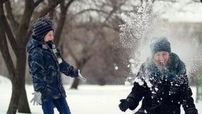 HD母亲和孩子投掷在彼此的雪 股票视频