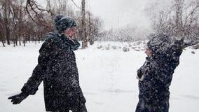 HD母亲和孩子投掷雪  股票录像