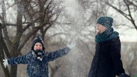 HD母亲和孩子投掷雪  股票视频