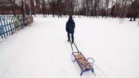 HD男孩走与爬犁在冬天 股票视频