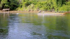 HD μακριά βάρκα και σύνολο ουρών στον ποταμό απόθεμα βίντεο