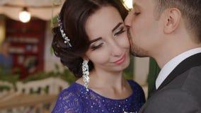 HD ο νεόνυμφος φιλά τη νύφη σε ένα μάγουλο φιλμ μικρού μήκους