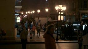 HD πολυάσχολη οδός βραδιού Γενικό σχέδιο των ανθρώπων που περπατούν εμπρός φιλμ μικρού μήκους