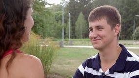 HD πορτρέτο που πυροβολείται του νέου όμορφου ζεύγους που εξετάζει το ένα το άλλο απόθεμα βίντεο