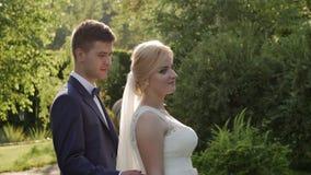 HD πυροβοληθείσα η κινηματογράφηση σε πρώτο πλάνο νύφη στέκεται και ο νεόνυμφος φθάνει σε την από την πλάτη και την αγκαλιάζει απόθεμα βίντεο