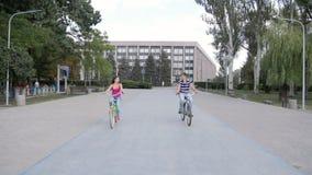 HD катание пар bicycles в парке, на блоке облицовывает двигать дальше камеру акции видеоматериалы