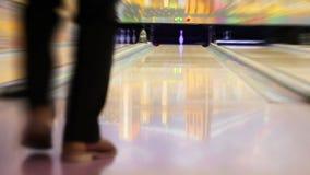 HD:  Профессиональный игрок боулинга ударяет последний Pin сток-видео